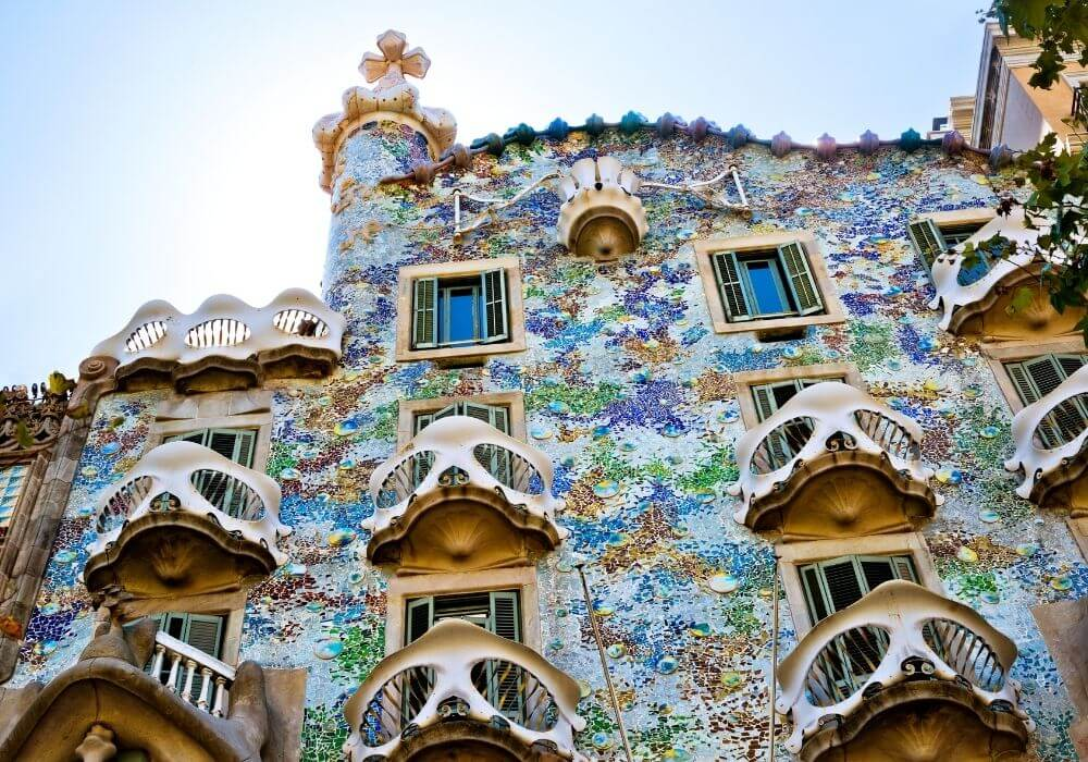 8 Iconic Buildings Every Architecture Lover Must Visit - Black Platinum Gold